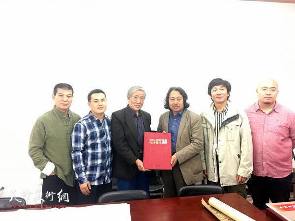 天津画院院长贾广健和画家一起向北辰区美术骨干、书画爱好者赠送了专业画册、书籍