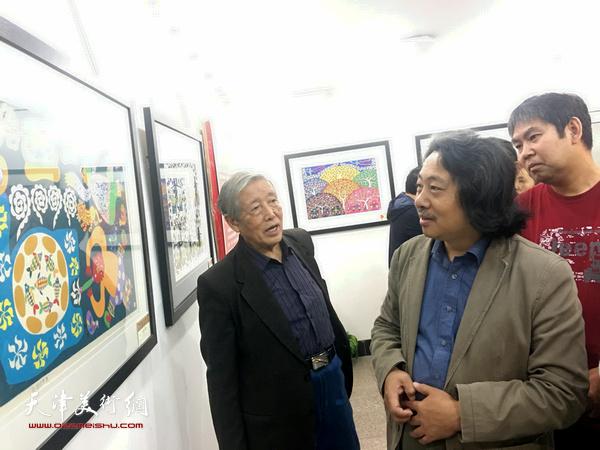 天津画院画家参观北辰区现代民间绘画展