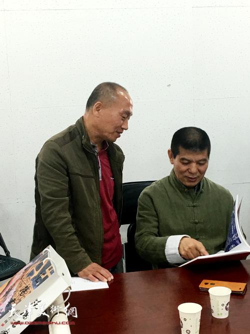 天津画院副院长范扬与书画骨干一对一现场指导