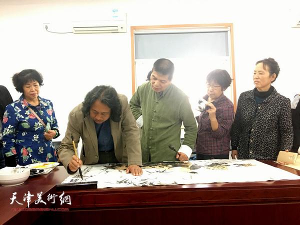 贾广健、范扬现场创作书画作品。