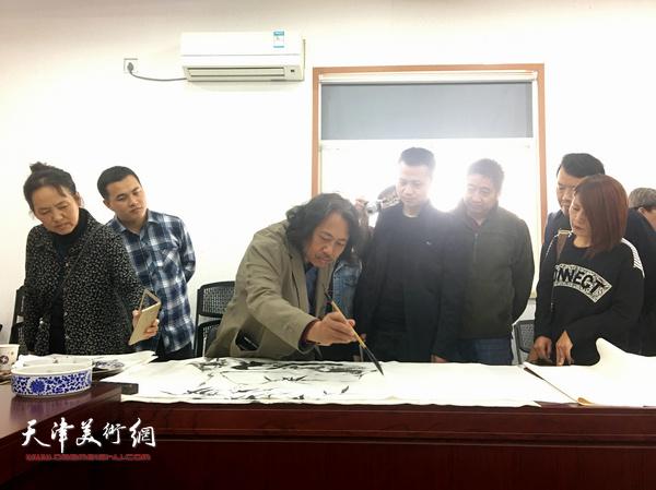 贾广健现场创作书画作品。