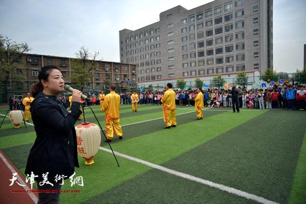 天津师范大学附属小学校长刘芳欢迎非遗项目传承人进校园。