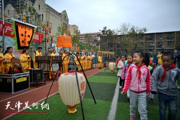 国家级非遗项目挂甲寺庆音法鼓在校园表演。