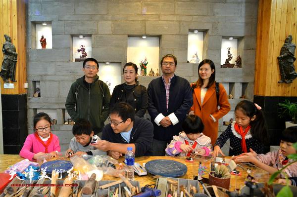 津派面塑传承人张亚杰将传统面塑技艺传授给小学生。