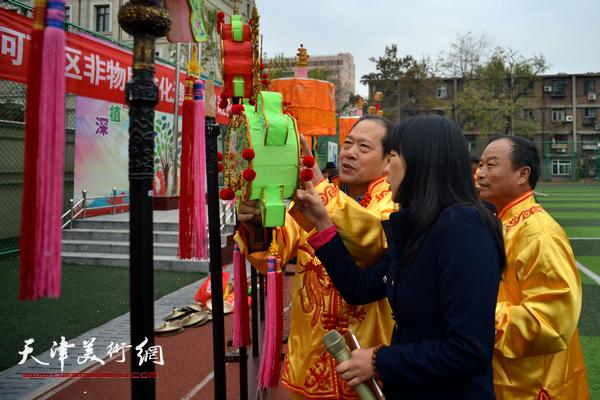 老师在现场了解挂甲寺庆音法鼓的制作技艺。