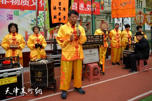 法鼓銮驾老会会长介绍挂甲寺庆音法鼓的历史传承。