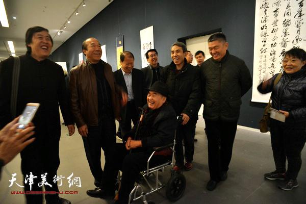 孙伯翔、邵佩英、李锋、窦宝铁、任云程、王树秋、孙建中在展览现场。