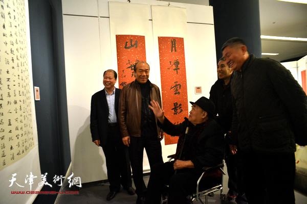 孙伯翔、李锋、窦宝铁、任云程、王树秋在观看展出的作品。