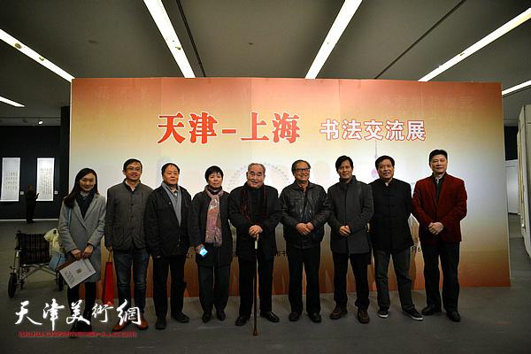 孙伯翔与周志高等上海客人在展览现场。