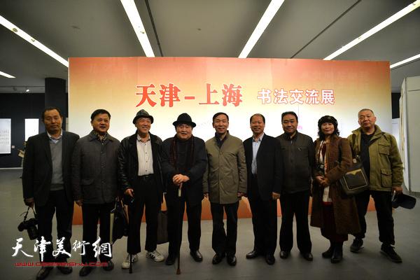孙伯翔与张建会、顾志新、李锋等在展览现场。