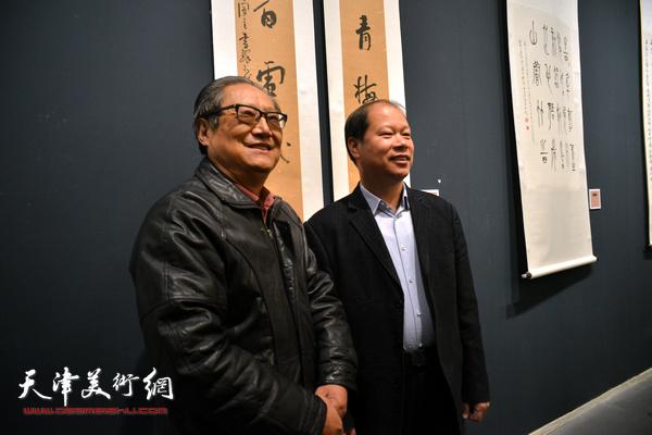 周志高、李锋在展览现场。