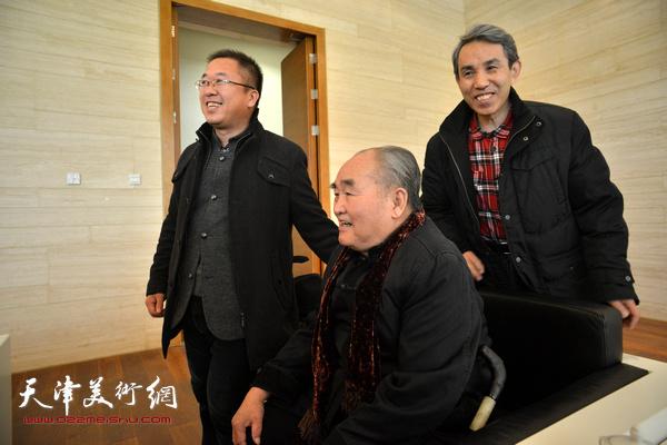 孙伯翔、薛卫林、任云程在展览现场。