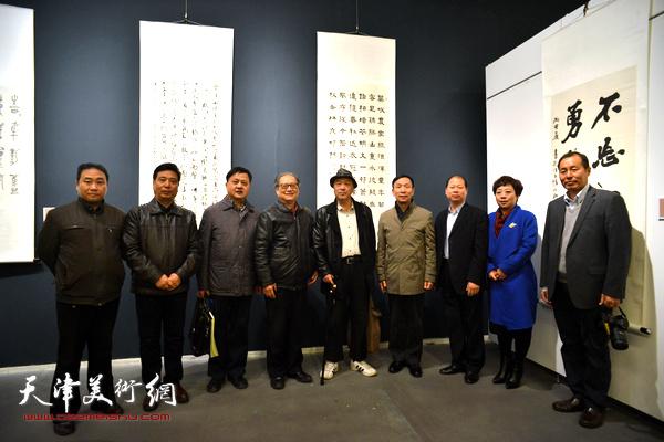 张建会、周志高、顾志新、李锋以及部分津沪参展作者在展览现场。