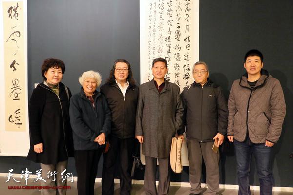 宋莉民、刘春雨、邓英彪、李向群、刘跃华、杨国欣在展览现场。