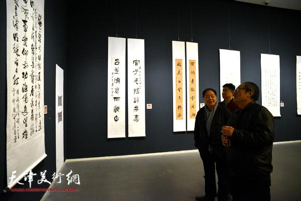周志高等在观看展出的作品。