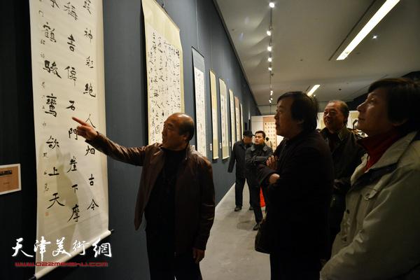邵佩英、王树秋在观看展出的作品。