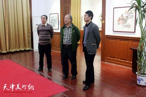 天津美术家协会主席王书平、西洋美术馆馆长李响在展览现场。