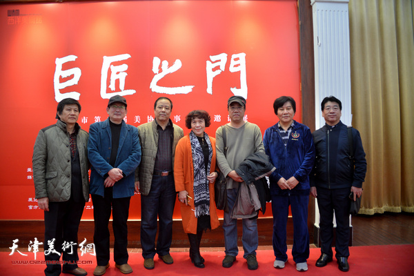 左起:贾万庆、邵鸿平、邱和法、史玉、刘绍斌、高学年、张文圣在展览现场。