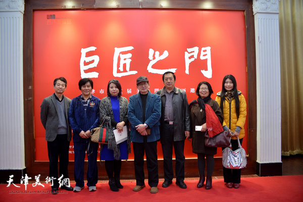 左起:李响、高学年、张丽、邵鸿平、贾万庆、邵鸿平、孙玉河、宋崇会、任凤鸣在展览现场。