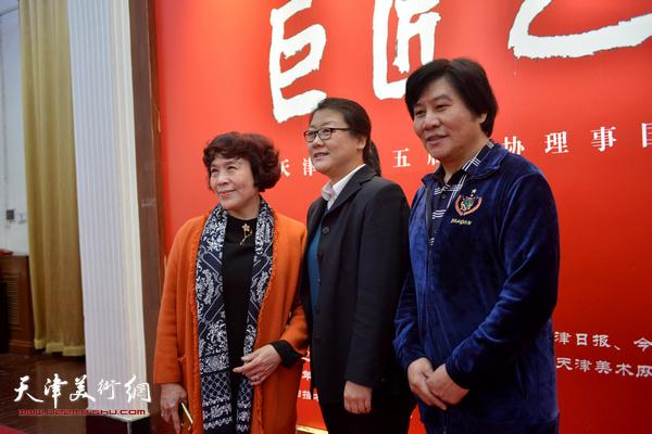 高学年、史玉、刘红在展览现场。