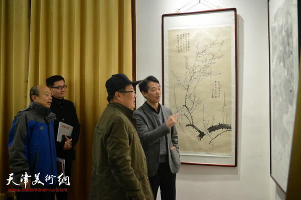 阎金明、王宝贵、李响在展览现场。