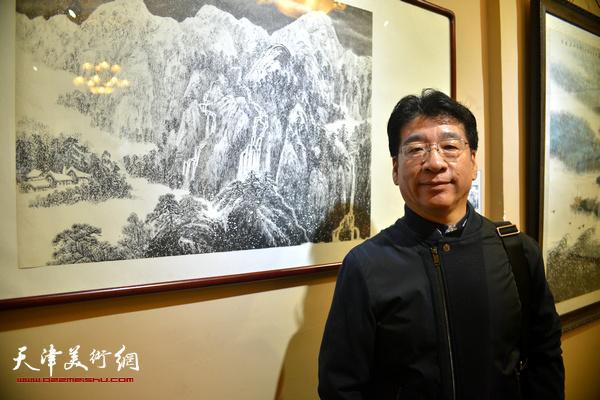 刘绍斌在作品前。