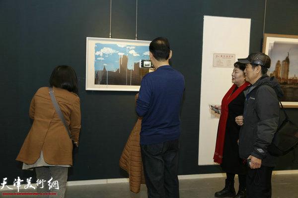 """""""城视""""天津青年当代摄影展11月18日下午在天津美术馆开幕。图为王永生、杨捷惠、张树楠、韩宏在观摩作品。"""