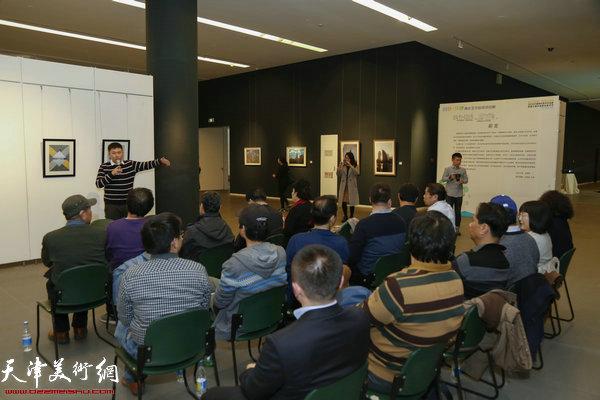 策展人李春雨向来自天津市各高校的老师介绍展览情况