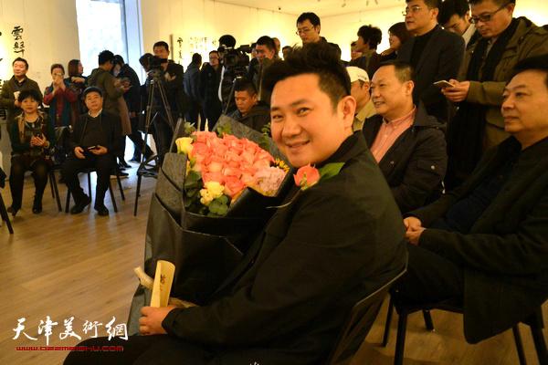 朱懿在鼎天中国空间书法作品展现场。