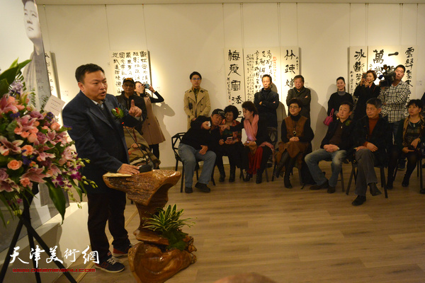 画家范权客串主持人,主持朱懿书法作品展开幕式。