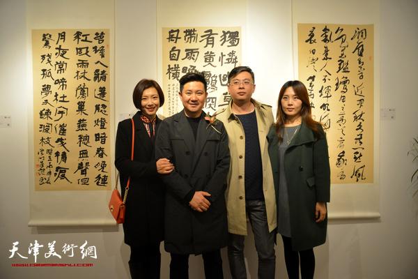 朱懿、李佳与朋友在现场。