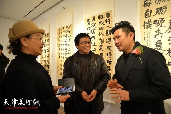 朱懿、刘波在现场交流。