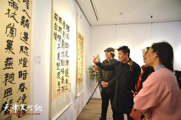 朱懿在现场与张亚光等来宾解读作品。
