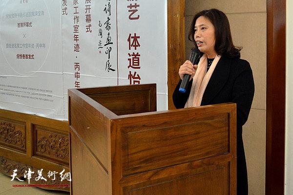 高邮市文联副主席韩粉琴宣读高邮市人民政府发来的贺电。
