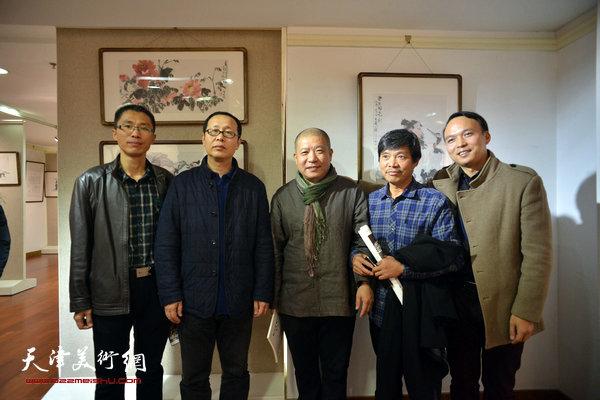 左起:倪金宝、刘鹏、王登科、童和平、钱建中、王建军在画展现场。