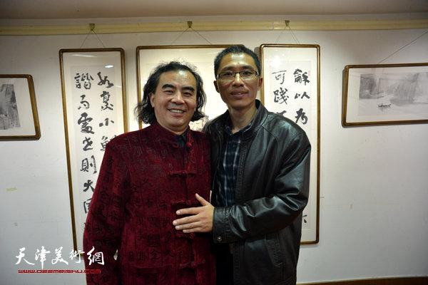 刘方明、倪金宝在画展现场。