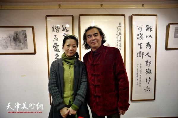 刘方明与田娟在画展现场。