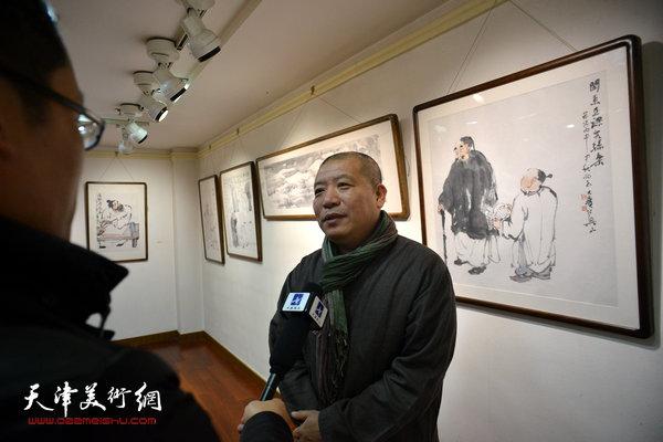 荣宝斋《艺术品》主编王登科在现场接受媒体采访。