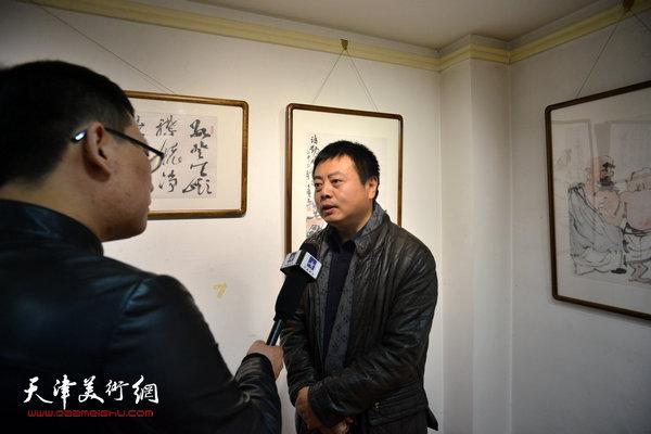 中国美术馆研究员、收藏部副主任王雪峰博士在现场接受媒体采访。