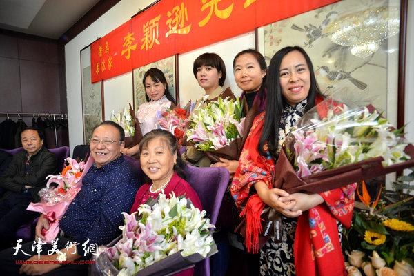 著名书法家李颖逊夫妇与四名新弟子马亚民、蒙翠影、江盈璇、金薇在收徒现场。