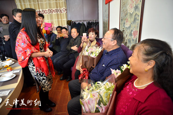 新弟子江盈璇向李颖逊夫妇献花。