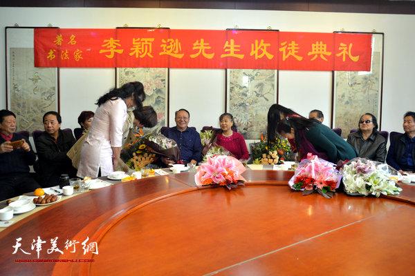 新弟子马亚民、蒙翠影、江盈璇、金薇向李颖逊夫妇行礼。