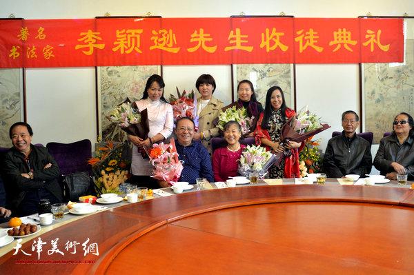李颖逊夫妇与新弟子马亚民、蒙翠影、江盈璇、金薇在收徒现场。