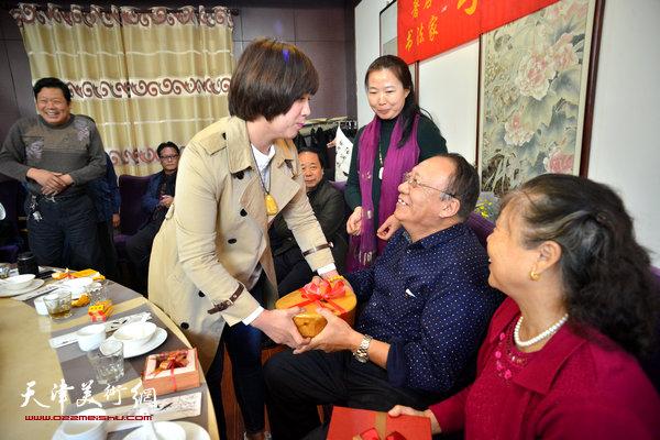 新弟子蒙翠影向师傅李颖逊赠送文房礼品。