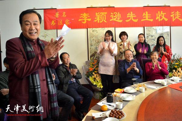 古琴大师高峰现场赋诗以示祝贺。