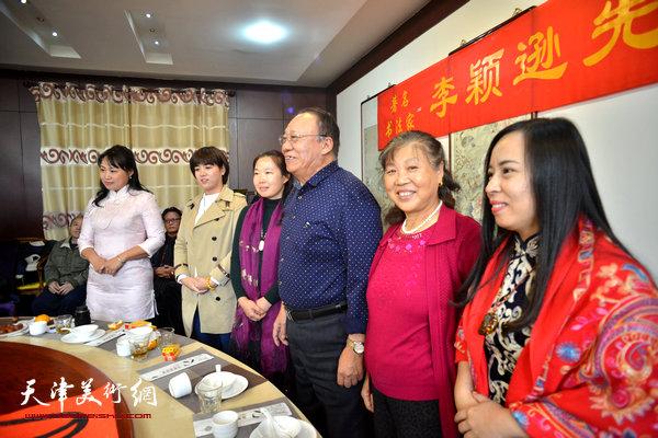 李颖逊夫妇与新弟子马亚民、蒙翠影、江盈璇、金薇在收徒仪式现场。