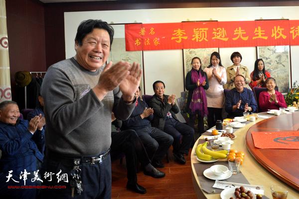 天津市政协书画艺术研究会副秘书长郭鸿春主持收徒仪式。
