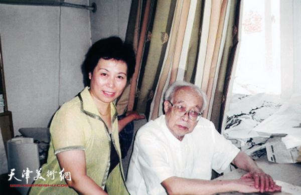崔燕萍和恩师孙其峰先生在一起。(2006年)