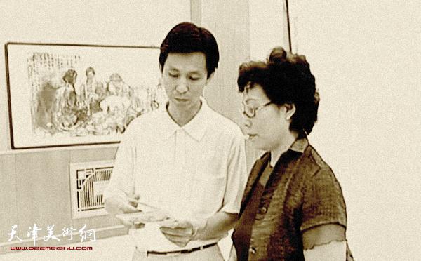 崔燕萍和著名画家何家英先生在政协书画展上交流。 (2006年)