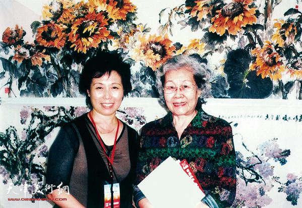 2006年歌唱家于淑珍参观崔燕萍在北京国贸举办的个人展览
